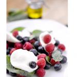 Salade de mozzarella aux myrtilles, aux framboises et au basilic